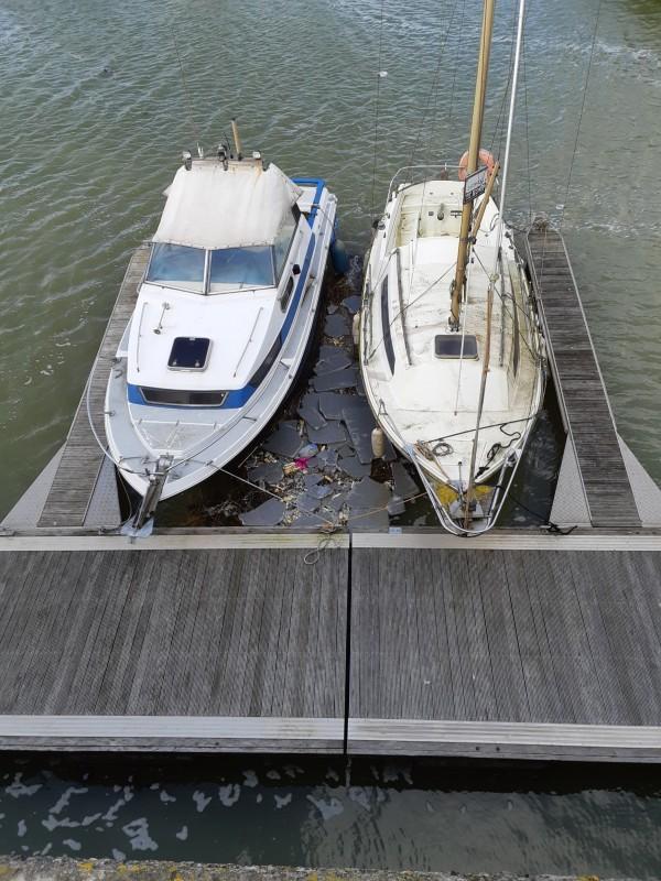 Drijvend vuil in een jachthaven