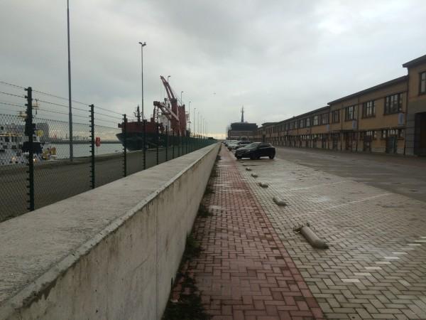 Stormmuur langs de haven in de Wandelaarkaai
