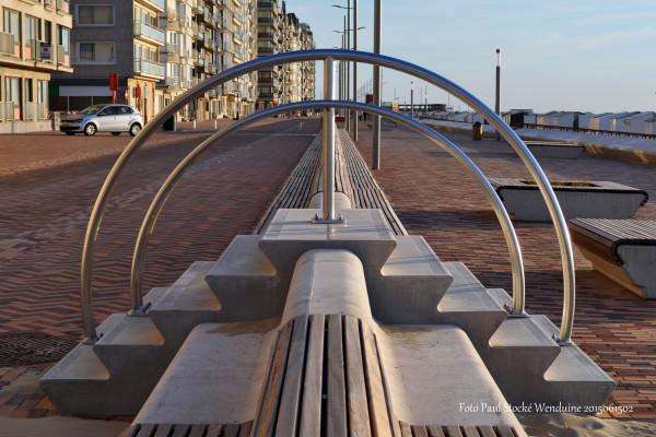Nieuwe zeedijk in Wenduine voorzien van zitbanken