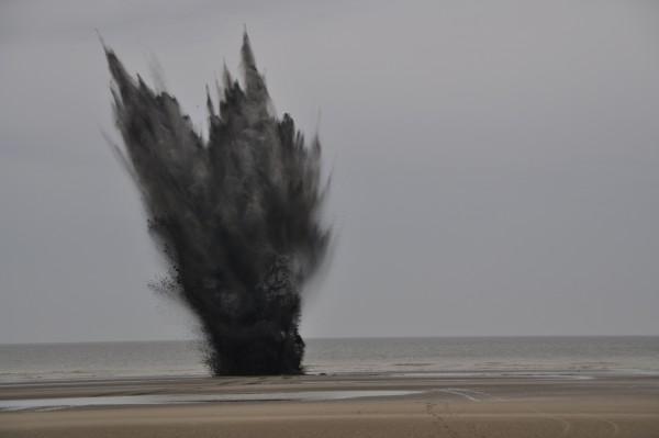 Foto van een ontploffing van een springtuig op het strand