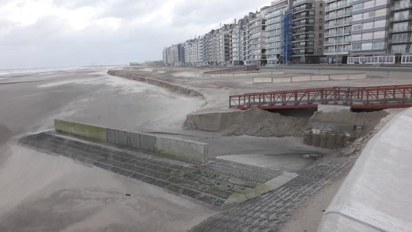 Een klif op het strand na een storm
