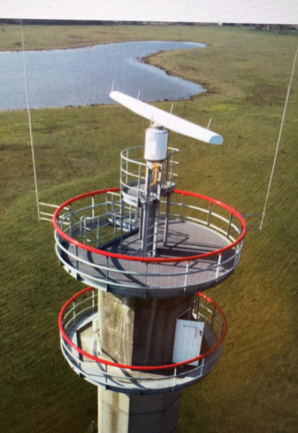 Vernieuwde radartoren, met kenmerkend rood element