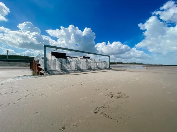 De onderzoeksdijk op het strand van Raversijde