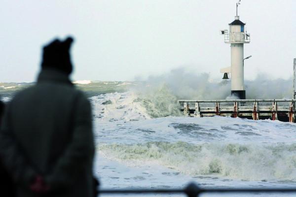Persoon kijkt naar storm op zee