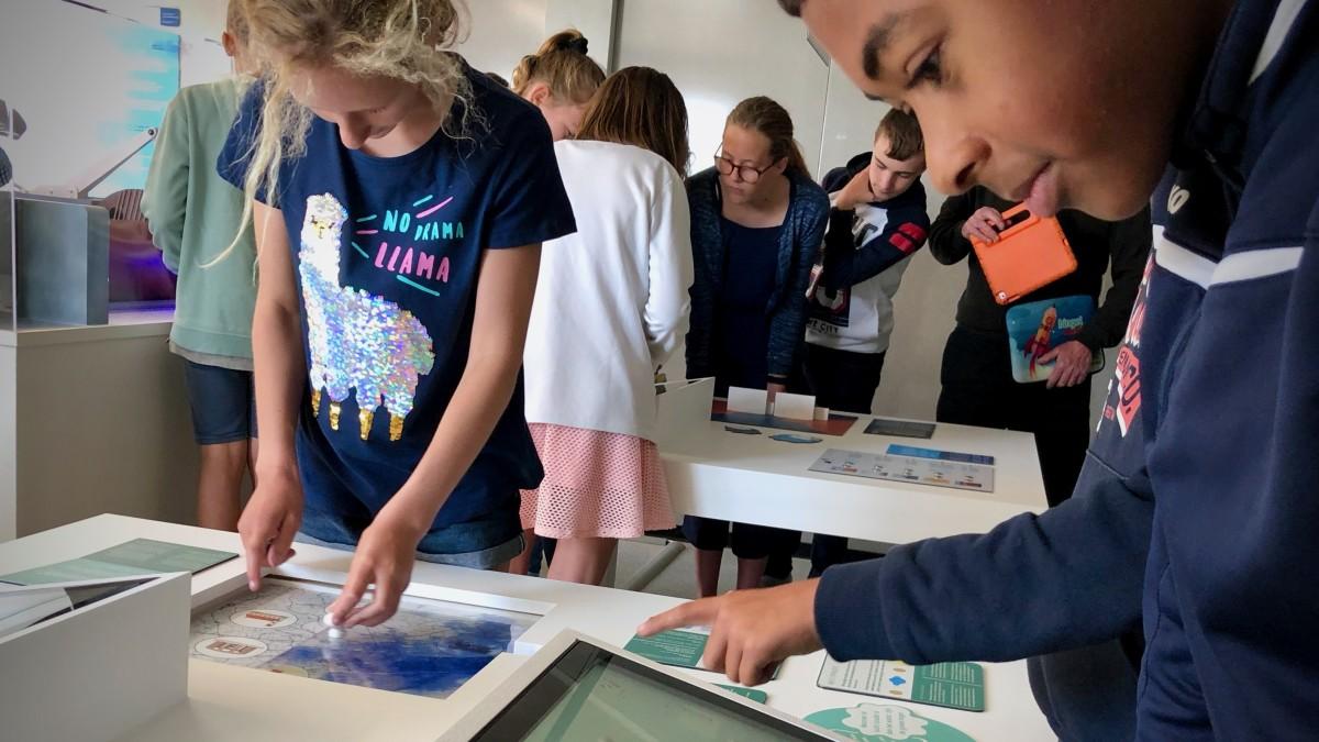 Leerlingen aan de slag in de doe-expo stormvloedkering
